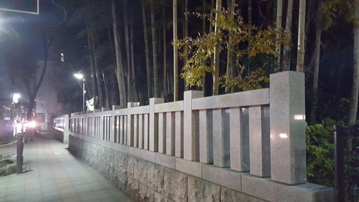 千葉街道に面して小さな社殿が設けられており、そこから参拝する事になっております。 関西に住んでいた幼少期から関東には「八幡の藪知らず」なる恐ろしい神隠しが行われる神域が有ると知っていた為、「どんな恐ろしい場所なのだろうか??」と恐る恐る訪れたものの、交通量の多い国道14号線と、藪の前にある歩道を行き交う人々の多さから前に立つ分には恐ろしくは思えなかったですが、何とも不思議な雰囲気をもつ神社です。