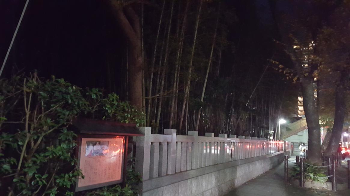 「不知森神社」を正面に見て左手の端には、「八幡の藪知らず」を紹介する案内板が設置されています。