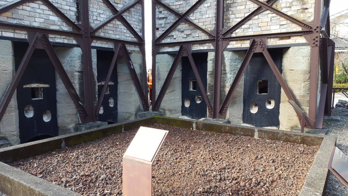 そして、高温に溶けた鉄を流し込む場所の跡がこちらです!ここに作りたい形の鋳型を設置し流し込んで作ることになります。