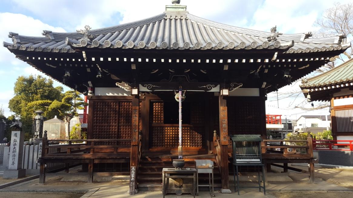 本堂 聖徳太子が開基である「大聖勝軍寺」は、高野山真言宗の仏教寺院で、本尊は植髪太子(聖徳太子)が祀られています。 594年に推古天皇より山号の「神妙椋樹山」と「大聖勝軍寺」の寺号が贈られ、この年が創建年とされております。 創建から約150年後の756年に聖武上皇から鎮護国家寺の称号を贈られ、勅願寺に定められました。 聖徳太子によって建立された三太子の一つで、叡福寺の「上の太子」、野中寺の「中の太子」に対して、「下の太子」と呼ばれておりますが、地元では「太子堂」と呼ばれております。