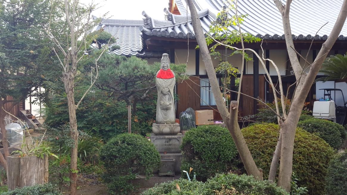 へんてこで可愛らしい石像も祀られています。