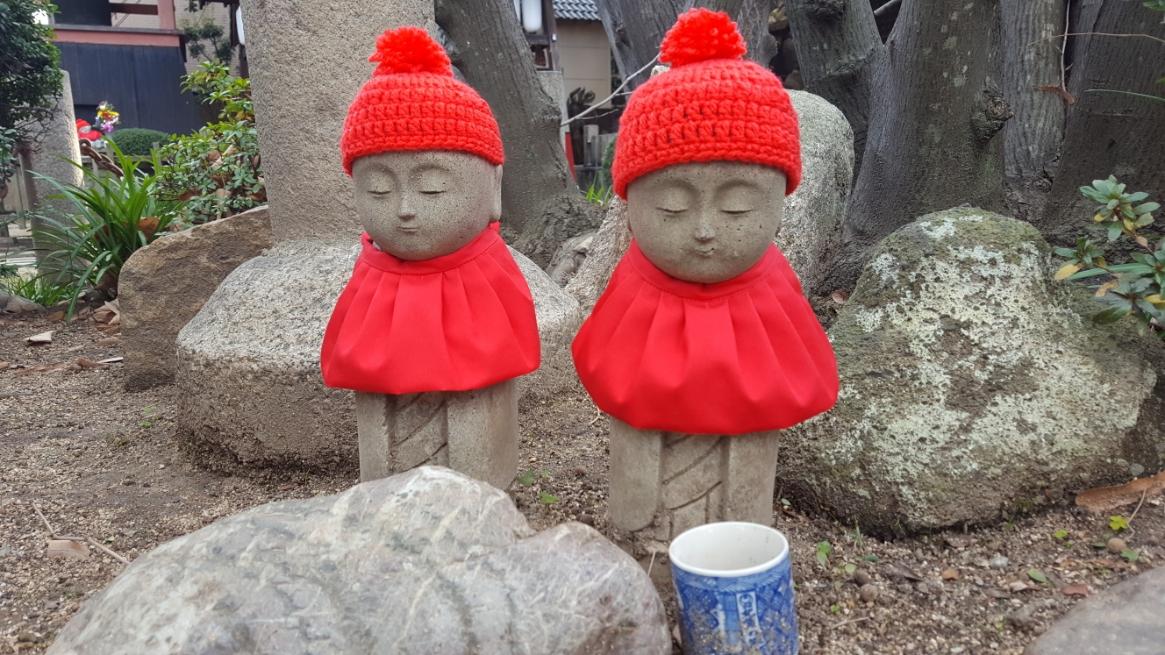 可愛らしい石仏には、おべべが着されており地元でもしっかりと信心深く守られてきているのが分かります。