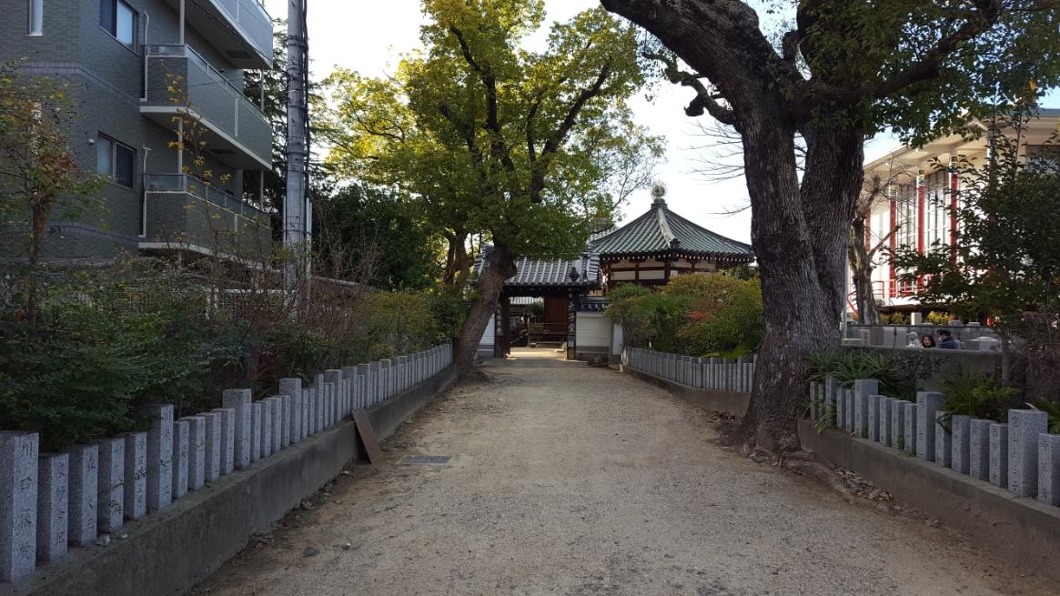 裏門を出て近くにある「物部守屋の墓」を観に行きます!