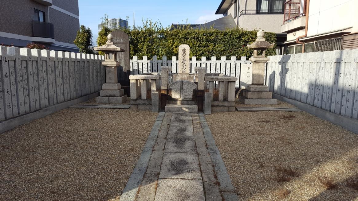 丁未の乱から約1,500年を経た今の日本は、物部守屋にはどの様に映るのでしょうか。 また、これから1,500年後の日本はどの様になっているのか遥かな時間の流れというものを考えさせられる御墓となっております。