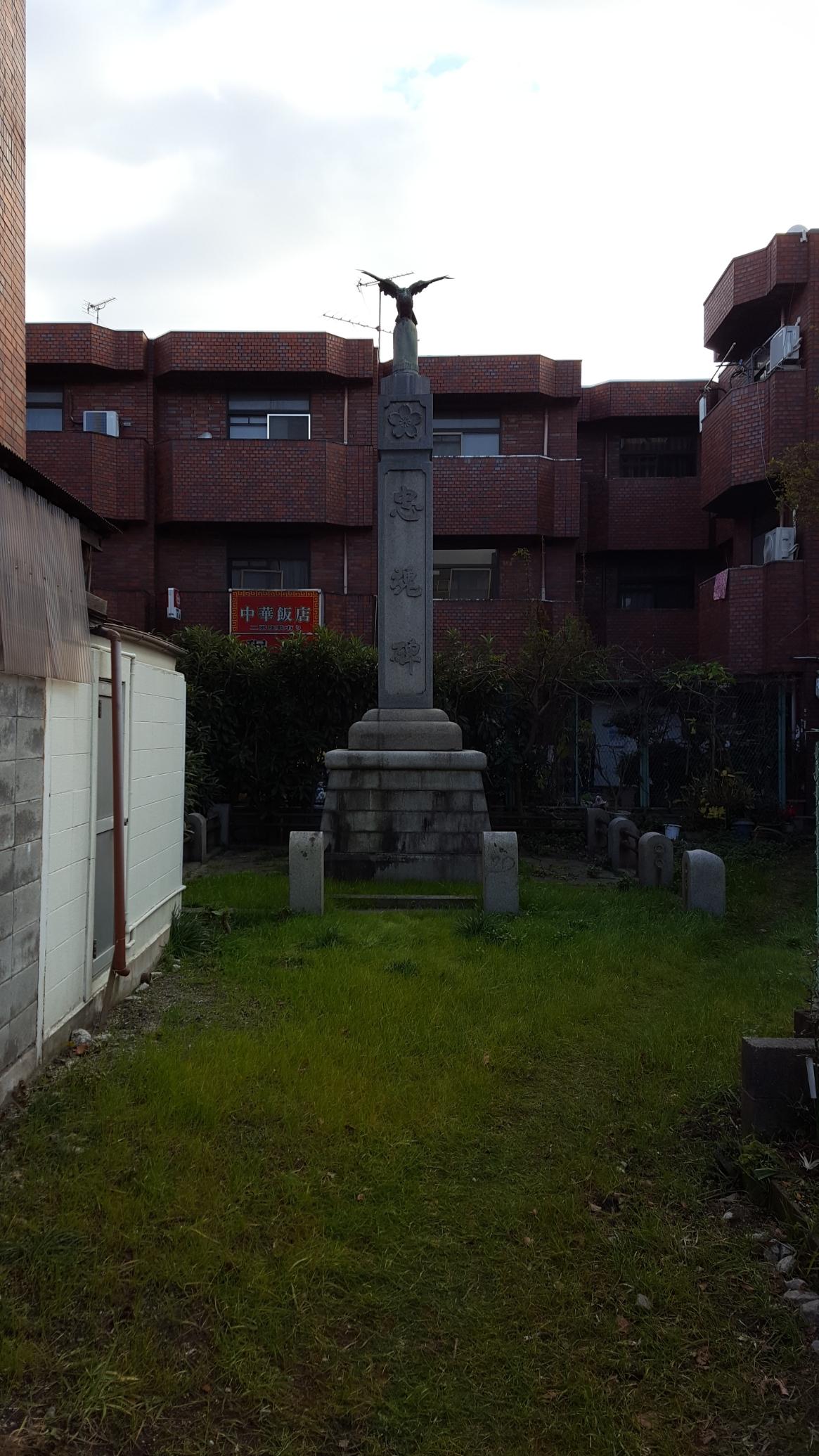 近くで観ると第二次大戦より十数年前の昭和3年に建てられた忠魂碑でした。 恐らく奥まった場所に在る為、GHQにも発見されずに残ったものかと思われますが、非常に立派な石碑でした。