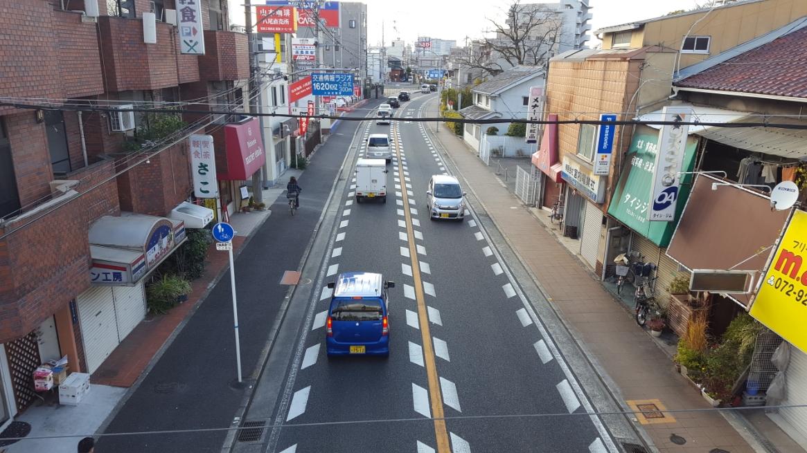 本日訪れた「大聖勝軍寺」は、旧奈良街道である国道25号線沿いの大阪府八尾市にあります。 この道は、古くから大阪と奈良を結ぶ道で、この道沿いには聖徳太子が建立した寺院が並らんでおり、大阪方面には「四天王寺」があり、奈良方面には「法隆寺」が建っています。 この写真は、「大聖勝軍寺」側の陸橋上から撮影したもので、道の右手に見える木の場所に当寺院があります。