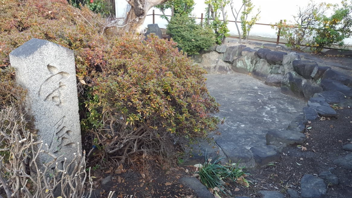 最後に「大聖勝軍寺」門前に秦河勝が物部守屋の首を洗ったと伝わる「守屋池」の見学をします。 ココは、古くからの池と伝わりますが、今はコンクリート造りになっており、水も干上がった窪みになっており当時の面影も残ってはいないですが、ここで生首を洗ったというなんとも恐ろしい池でした。 以上で飛鳥時代から伝わる「大聖勝軍寺」の御案内となります! 八尾という街は京都や奈良の様に観光都市ではないですが古くからの歴史が刻まれた非常に魅力的な街です! 皆様も、古代ロマン溢れる「大聖勝軍寺」の見学に訪れては如何でしょうか。 御精読有難うございました。