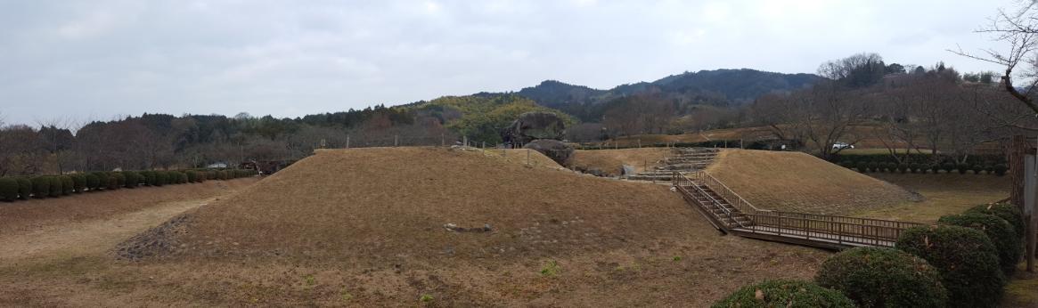 以上で、奈良県明日香村にある飛鳥時代の遺跡「石舞台古墳」の御案内となります。 1000年以上前に絶大な権力を握り、亡くなった後にも広大なこの墳墓に葬られ、そして当時は永遠に続くと思われながらも後代には一族もろとも歴史の闇へと消えていった蘇我氏の足跡を感じる事が出来る場所でした。 皆様も観光に訪れては如何でしょうか。 御精読有難うございました。