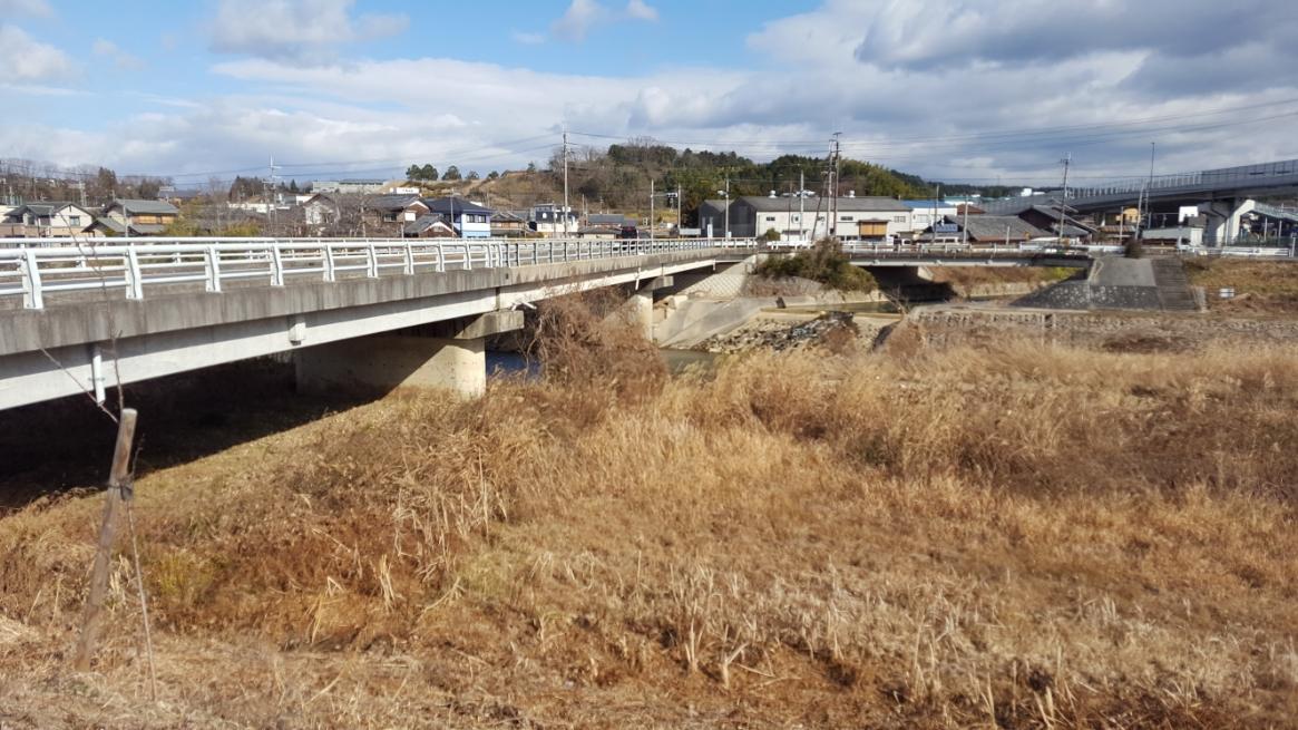 この場所は、滋賀県甲賀市甲南町野田の杣川という川の土手沿いに建てられておりました。 普段であれば、スルーしてしまう様な小さな祠ですが、カーナビ表示された「小便たれ地蔵」の文字は気になりますよね。