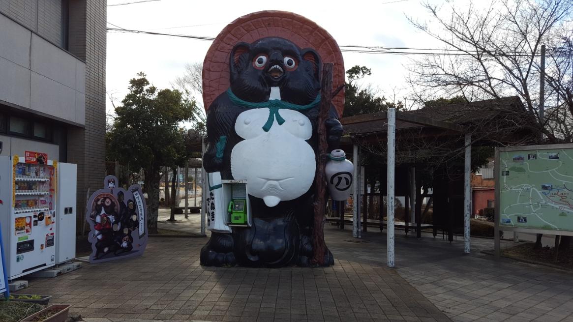 最初に訪れたのはる巨大な「信楽焼の狸」の見学に信楽高原鐵道「信楽駅」前やってきました! 写真でご覧頂き分かり頂けるかどうかですが、巨大な狸が君臨しておりました! しかも携帯電話の普及した今では懐かしい公衆電話付きです!!