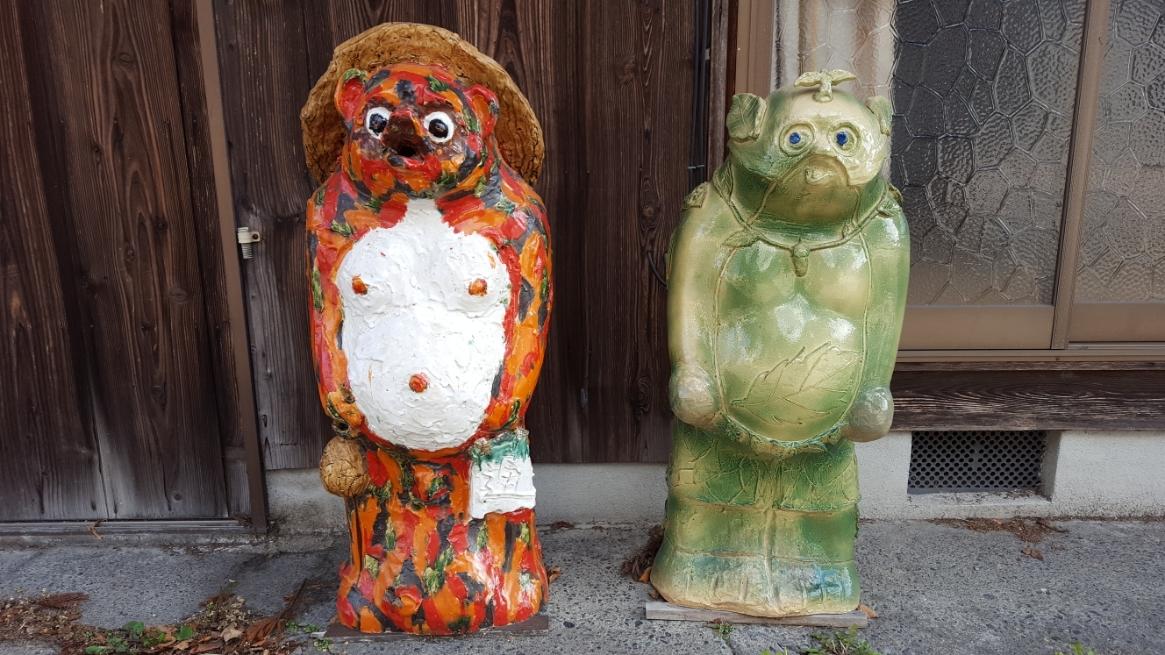 先ずはこの2体!左の狸は可愛いかな??とも思えますが、右の狸さんはなんとも気味が悪いです。