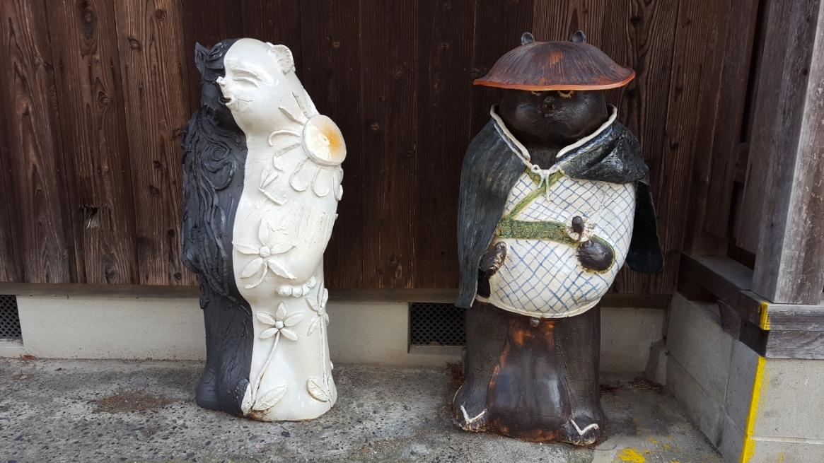 コレも同じ場所にいた狸ですが、右は欲しいなぁと思えましたが、左は前衛的すぎて気色悪いです。