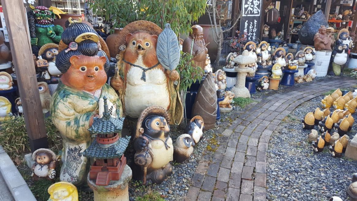 あまりにも信楽焼きの狸を作りすぎた為でしょうか!?この信楽の町には、変わり種の「狸」み多く見る事ができます! そのほんの一部をご紹介いたします!