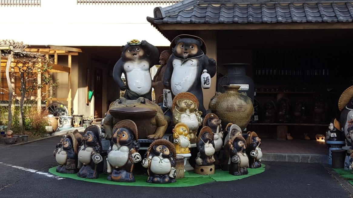 また、「信楽焼(しがらきやき)」を調べてみました! 「信楽焼」は、ココ滋賀県甲賀市信楽で作られる炻器(せっき:陶器と磁器の中間的な焼き物)です。 信楽焼と聞くと「狸の置物」が最初に連想される程の代表作となっておりますが、当然それだけがココで作られている訳では無く茶器等の正統派とも言える工芸品を古くから作る日本六古窯のひとつに数えられ日本が世界に誇る伝統工芸の一つとなっております。 先述の通り「狸の置物」自体の歴史は比較的浅く、明治時代に作られた事により始まるもので、元々は、壺、甕、擂鉢などの焼き物が主体となっており、茶湯の中核として発展した京都・奈良に近い事から茶陶信楽焼としても発展してきた工芸品です。