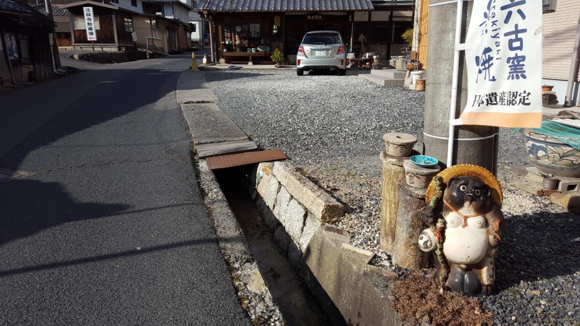 沿道の狸さんを見学しながら「信楽駅」を正面真っ直ぐに進んだ先にある「新宮神社」へ参拝に向かいます!