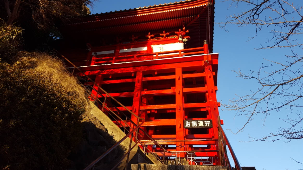 崖に組まれた美しい朱色というよりは完全な赤色の柱が見えてきました。