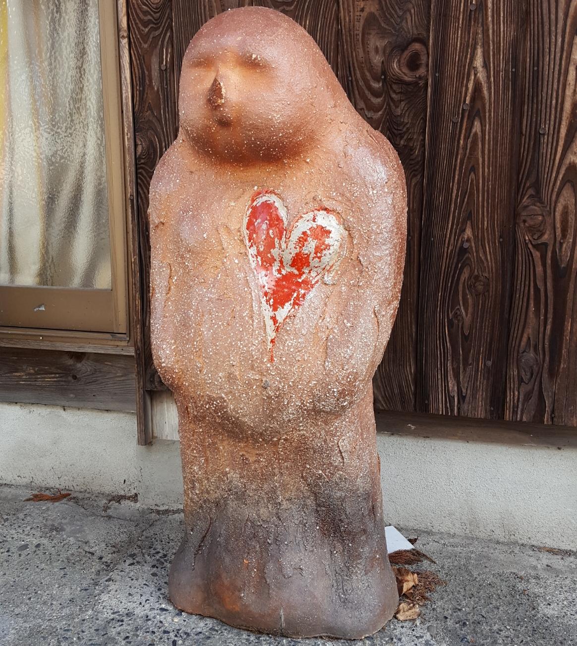 このタヌキは火傷しちゃったのでしょうか、トロッと溶けた狸さん胸にはハートが!