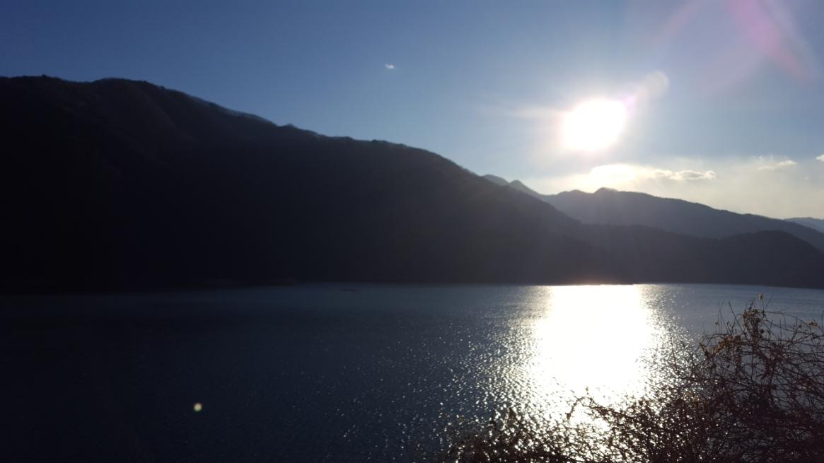 私は、1月中旬の木枯らし吹く真冬に訪れました。 「奥多摩湖ロープウェイ」の存在を知ったのは夏ごろですが、本日訪れた理由は即ち「ハチ」等の危険生物との遭遇を限りなく避けたかったからです! 気持ち良いほどの冬の澄んだ空気の中の奥多摩湖は美しく絶好の探索日和です。