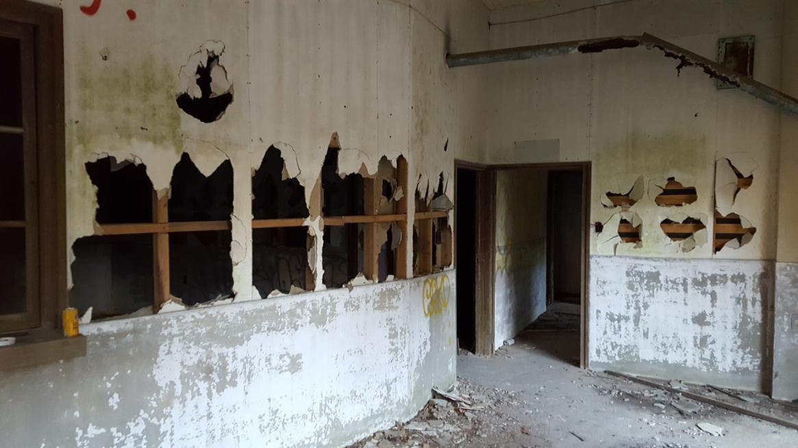 明らかに無意味に破壊された駅舎内