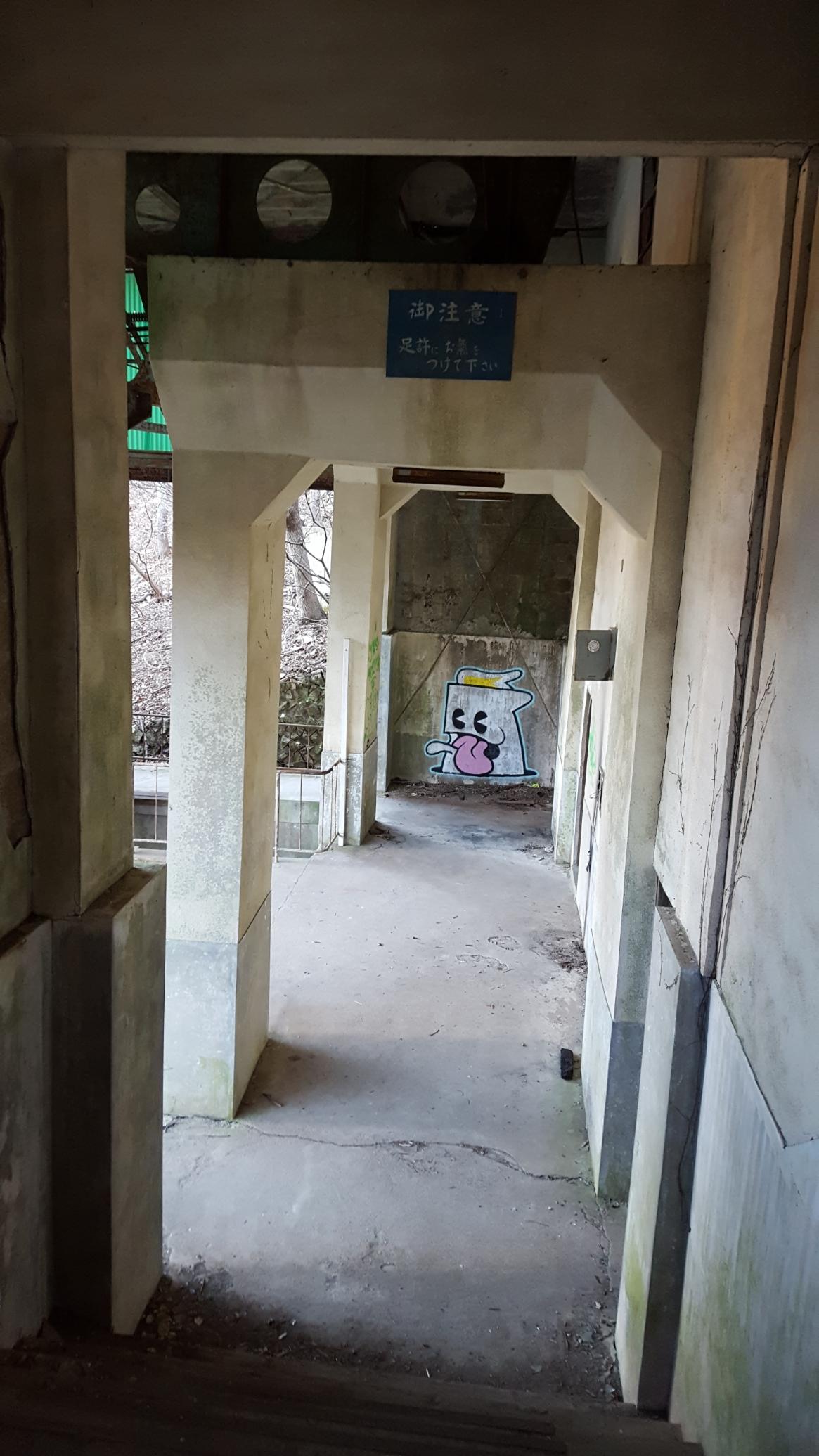 不安を感じつつノスタルジーをほんのりと残す廃墟内の階段を進みます。