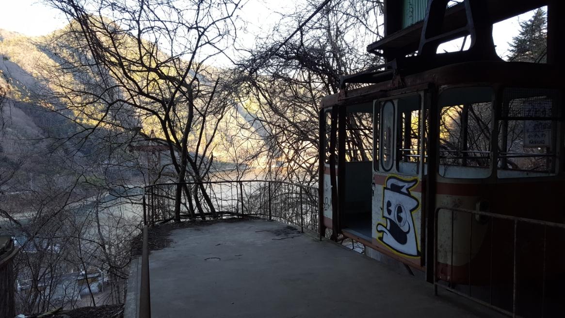 この奥多摩湖ロープウェイは、正式名称を「川野ロープウェイ」といい小河内観光開発株式会社によって奥多摩湖上遊覧を目的に昭和37年(1962年)に運行されました。 運行された当時は、高度経済成長期であり、2年後には東京オリンピックの開催が行われるという時代背景もあり観光スポットとして期待されるも数年後には奥多摩湖に橋梁が建設された為、存在意義を失い4年後の昭和41年(1966年)に運航休止される事になりました。