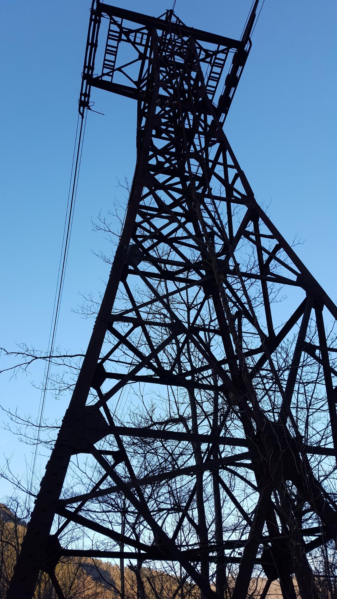 この「奥多摩湖ロープウェイ(三頭山口駅)」の場所は、下に記載するグーグルマップに記載致しますが、私は奥多摩湖の端にある写真の鉄塔を目指してやってきました!写真の鉄塔はロープウェイを支える柱の一つで、修工から半世紀以上経つ現在でも運航されていないとはいえ膨大な重量のケーブルを支える任務を全うしておりました。