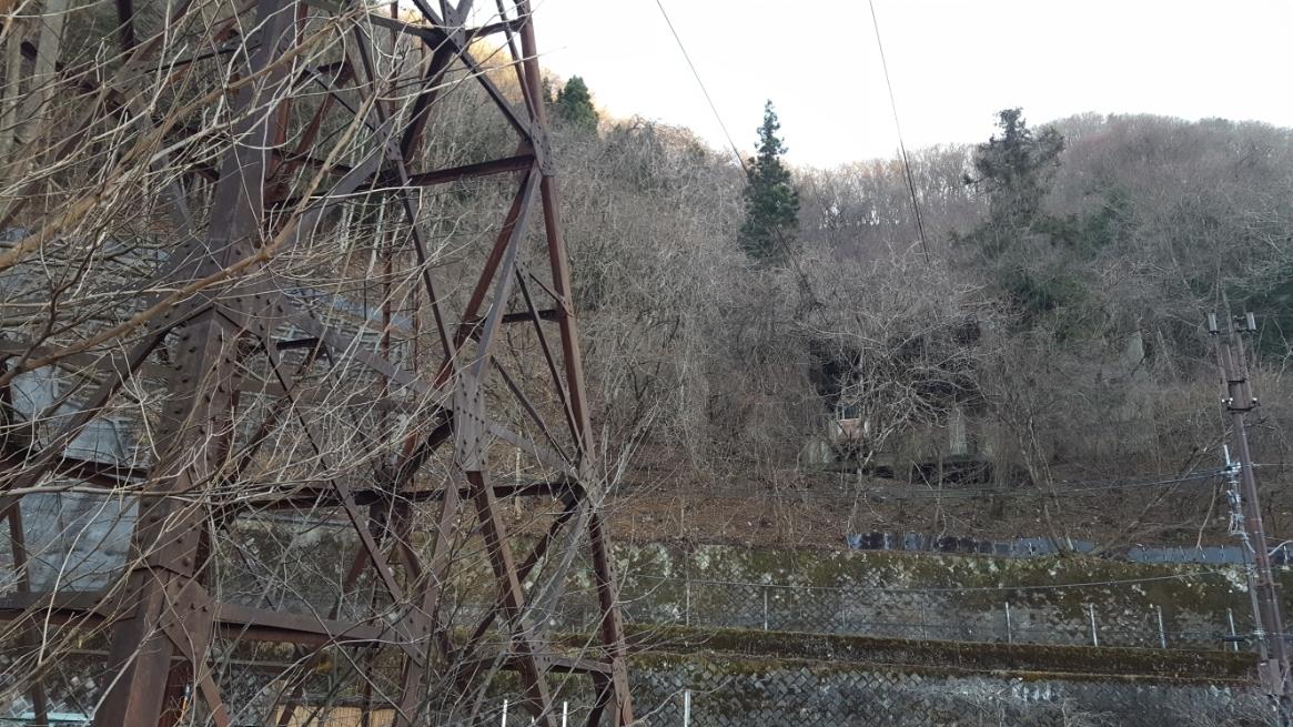鉄塔下からケーブルの伸びる山を観てみると、この位置からもゴンドラがぶら下がっているのを観る事が出来ます。