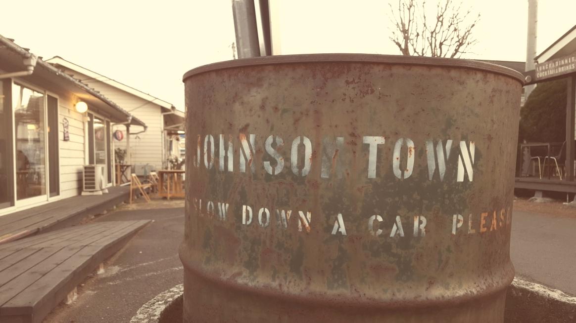 ジョンソンタウンにやって来て、困ったことが駐車場です。 どこか止める場所が無いかな!?と探す事5分。 ジョンソンタウンに隣接する公園の駐車場に無料で止めれる事が分かったので、そちらの駐車させて頂き散策を開始します!