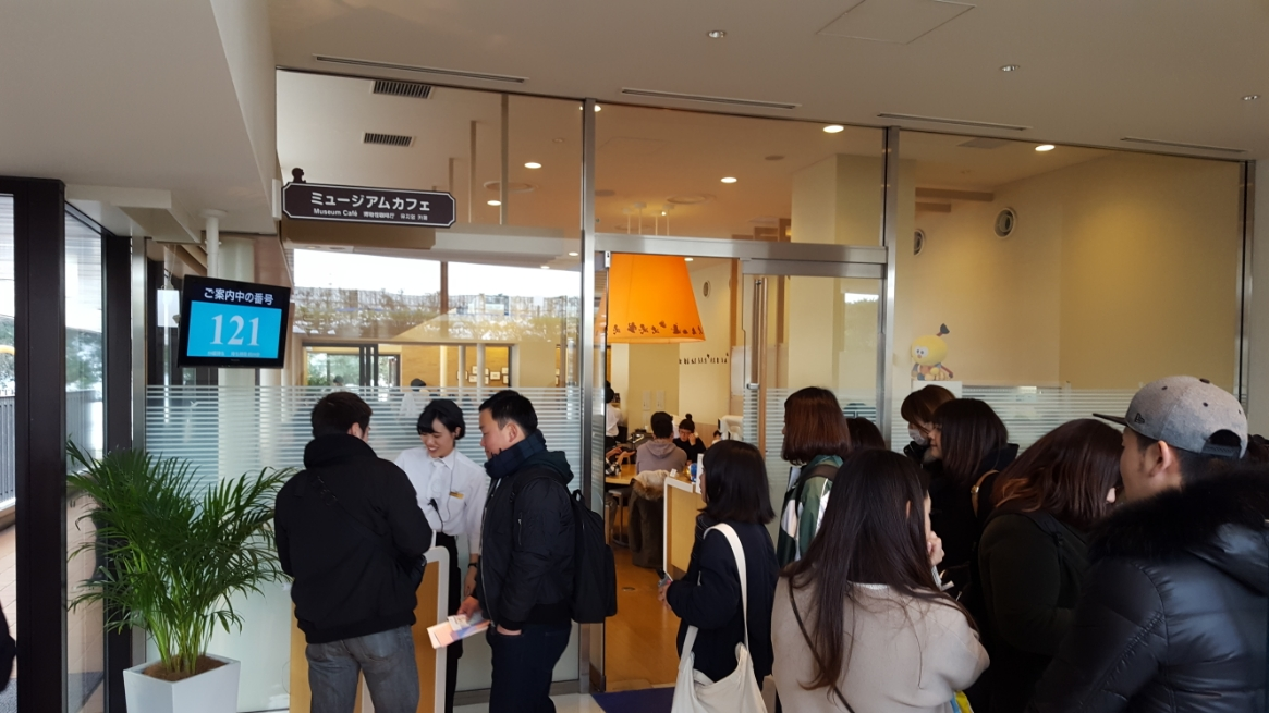 ミュージアム3階にある『ミュージアムカフェ』は大人気で普通に1時間待ちは当たり前の大行列が出来ています! 藤子漫画のキャラクターにデコレーションされたオリジナルの可愛い料理やスイーツを味わう事が出来ます。