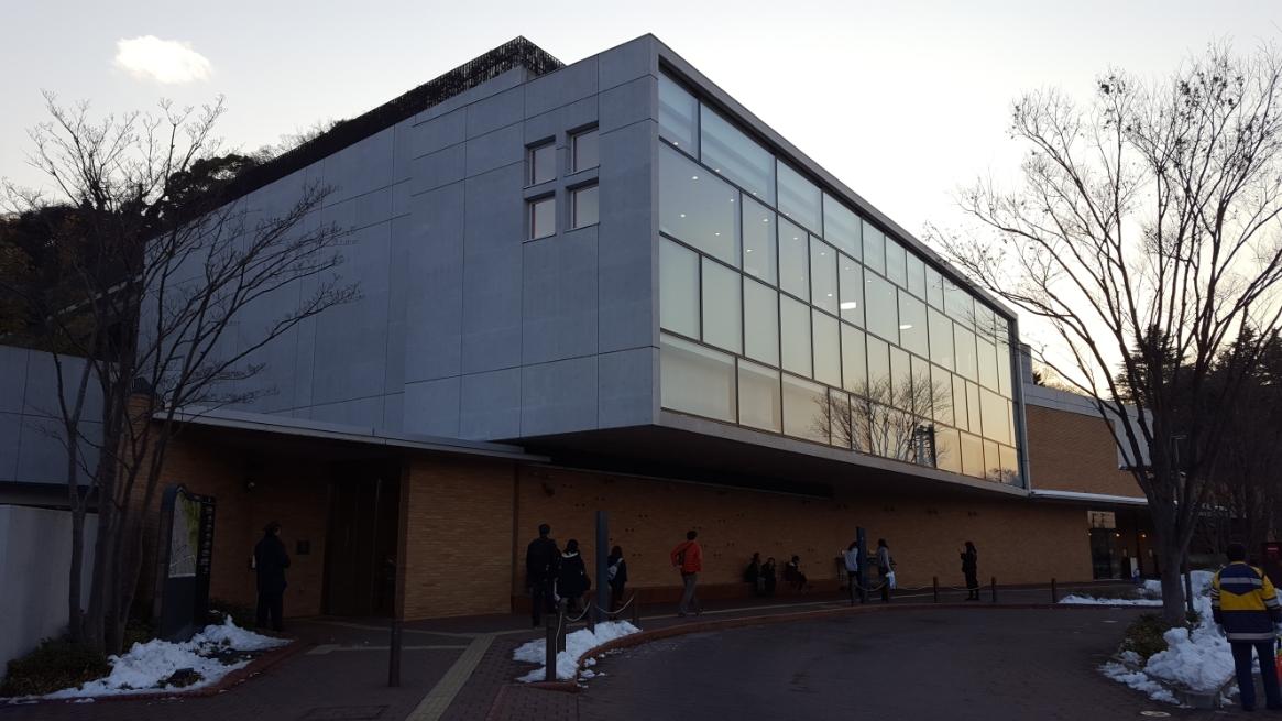 2011年(平成二十三年)9月3日に開館した『川崎市 藤子・F・不二雄ミュージアム』は、藤子・F・不二雄さん(以下、藤子さん)の死後、ドラえもんをはじめとする漫画原画約5万点を広く市民へ展示公開したいと、妻・藤本正子さんによって藤子さん夫婦が35年に亘って暮らした川崎市に寄贈された事に始まる博物館です。 約5.5haの広大な敷地の中に造られた館内では、作品原画やその関連資料を中心に藤子さんが産み出した大勢の藤子キャラクター達に触れる事が出来ます。