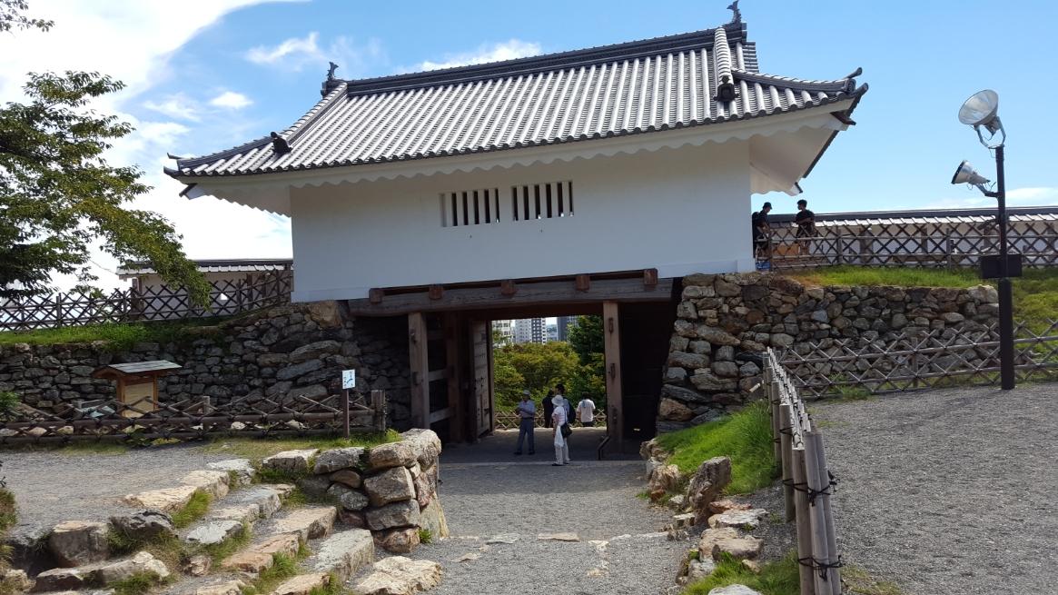 再建された城門