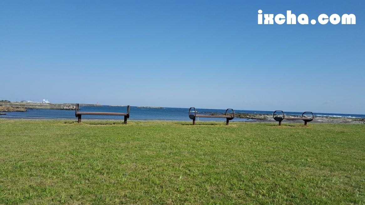 海に並ぶベンチ
