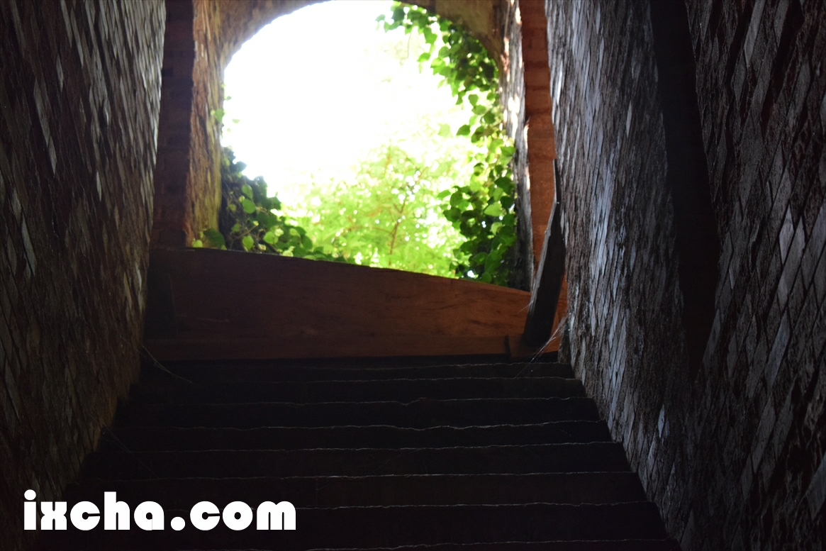 トンネル内部階段