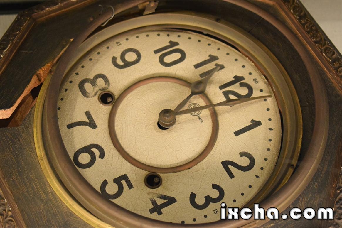 11時2分を指して止まっ柱時計