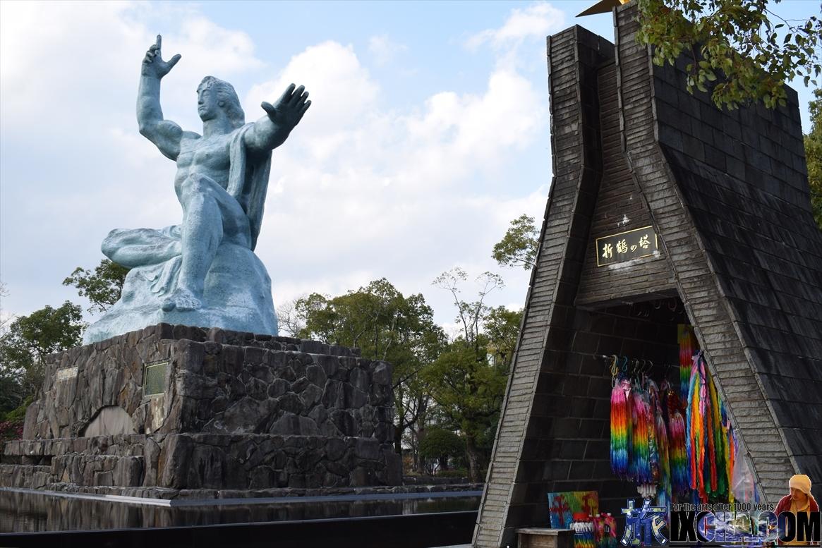 平和記念像と折り鶴